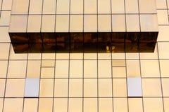 glass guld- kontorsvägg för byggnad Arkivbild
