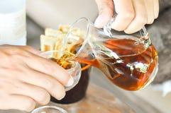 glass hällande tea för kopp Royaltyfri Fotografi