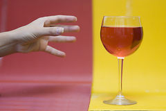 glass hand som ner wine Arkivfoto