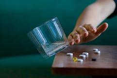 glass hand som skjuter tabellvatten Arkivbild