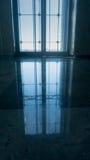 Glass hissdörr, affärsman som tar den moderna glass hissen till övregolven Arkivfoto