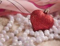 Glass hjärta och pärlor Royaltyfri Fotografi