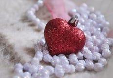Glass hjärta och pärlor Arkivfoto