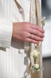 glass holdingmanbröllop Arkivfoto