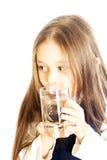 glass holdingvatten för flicka Arkivfoto