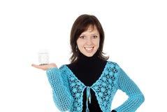 glass holdingvatten för härlig flicka Arkivfoton