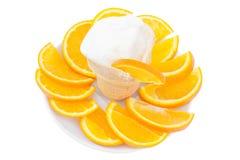 Glass i ett exponeringsglas med den skivade apelsinen Royaltyfri Foto