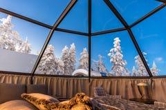 Glass igloo i Lapland nära Sirkka, Finland royaltyfri bild