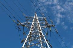 Glass isolatorer och trådar på höga torn Arkivfoto
