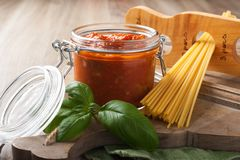 Glass jar with homemade tomato pasta sauce Royalty Free Stock Photos