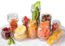 Glass jars med candied frukt arkivbilder