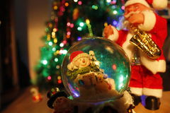Glass jordklot och Santa Claus Arkivbild