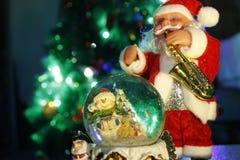 Glass jordklot och Santa Claus Arkivbilder