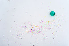 Glass julgarneringblått med konfettier Royaltyfria Foton