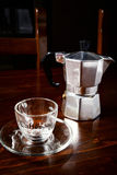 Glass kaffekopp och tappningkaffekanna på den mörka trätabellen Royaltyfri Foto