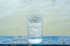 Glass kallt vatten med is royaltyfria bilder