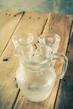 Glass kanna av vatten och exponeringsglas Arkivbild