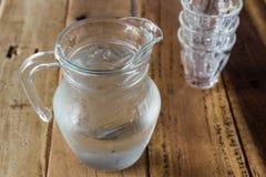 Glass kanna av vatten och exponeringsglas Royaltyfria Foton