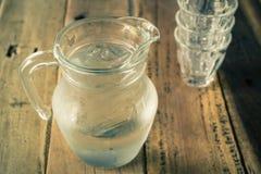 Glass kanna av vatten och exponeringsglas Royaltyfri Foto