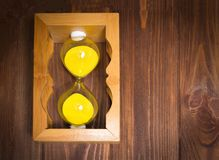 Glass klockalögn för träretro sand på sida med sand på träbakgrund tidstoppbegrepp Royaltyfri Bild