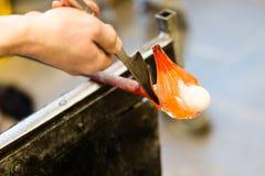 Glass konstnärarbeten på seagullskulptur som göras från varmt exponeringsglas Arkivfoto