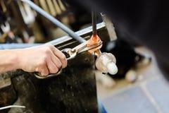 Glass konstnärarbeten på seagullskulptur som göras från varmt exponeringsglas Fotografering för Bildbyråer