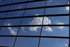 Glass kontorsbyggnad med molnreflexion Royaltyfri Fotografi