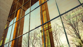 Glass kontorsbyggnadreflexioner för modern spegel med kolonner arkivfilmer
