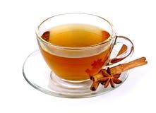 Glass kopp av grönt te med kanelbruna pinnar på vit Royaltyfria Foton