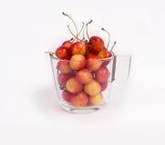 Glass kopp med körsbäret som isoleras på vit bakgrund Arkivbilder