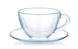 Glass kopp och tefat som isoleras på vit Royaltyfri Foto