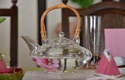 Glass kruka av tabellen Royaltyfria Bilder