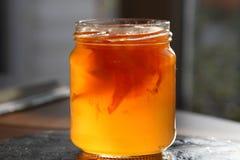 Glass kruka med grapefruktgelé Royaltyfri Foto