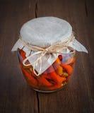 Glass krus med bevarade peppar. Hemlagad konserv eller på burk mat royaltyfria foton