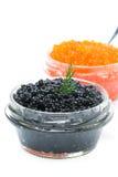 Glass krus med den svarta kaviarnärbilden som isoleras Arkivbilder