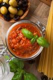 Glass krus med hemlagad tomatpastasås Royaltyfri Bild