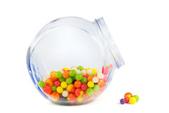 Glass krus som fylls med olika färgrika godisar Royaltyfri Foto