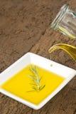 Glass krus som häller jungfrulig olivolja Royaltyfri Fotografi