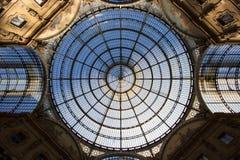 Glass kupol av Galleriashoppinggallerian i Milan, Italien Arkivfoton