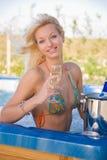 glass le för champagneflicka Royaltyfri Fotografi