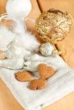 Glass leksaker för jul och bruna kakor för ingefära Royaltyfri Bild