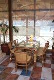 Glass little tabell i cafe arkivbilder