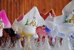 Glass ljusstake för jul med den målade snöig byn arkivfoto