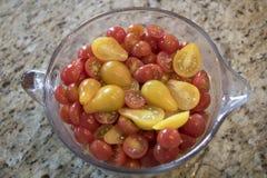 Glass mäta kopp av högg av Cherry Tomatoes Royaltyfri Bild