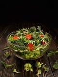 Glass maträtt med organisk sallad från grönsaker och gräsplaner Arkivfoto