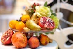 Glass maträtt med sortimentfrukter som garnering Royaltyfria Foton