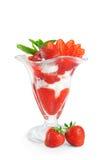 Glass med jordgubbar och mintkaramellen som isoleras på vit backgroun Arkivbild