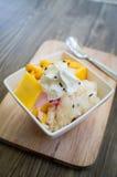Glass med mango och klibbiga ris Arkivfoto