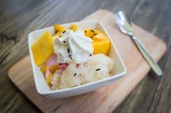 Glass med mango och klibbiga ris Royaltyfri Bild