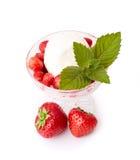 Glass med nya jordgubbar arkivbilder